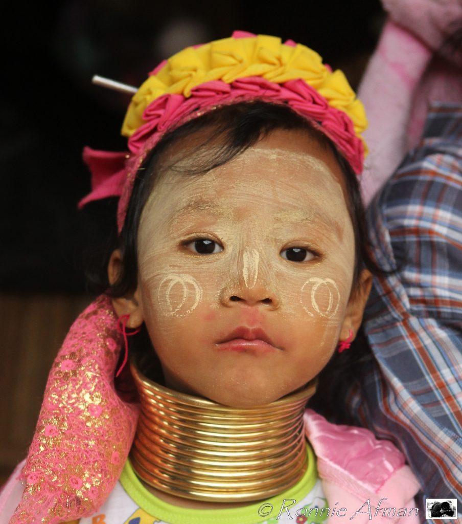 Fille 'à long cou' thaïlandaise.